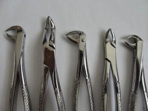 Diş hekimi diş çekimi sırasında davye adı verilen el aletlerini kullanmaktadır